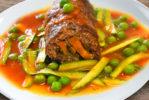 Rollitos de carne con vegetales y salsa de arvejas